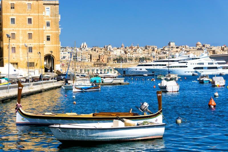 传统小船在森格莱阿江边在马耳他 库存照片