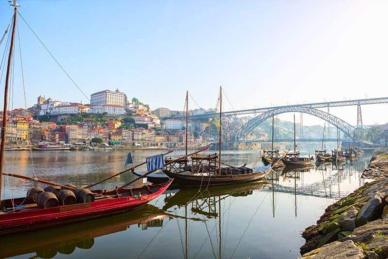 传统小船看法在河杜罗河的早晨有波尔图市的在背景中,葡萄牙 库存照片