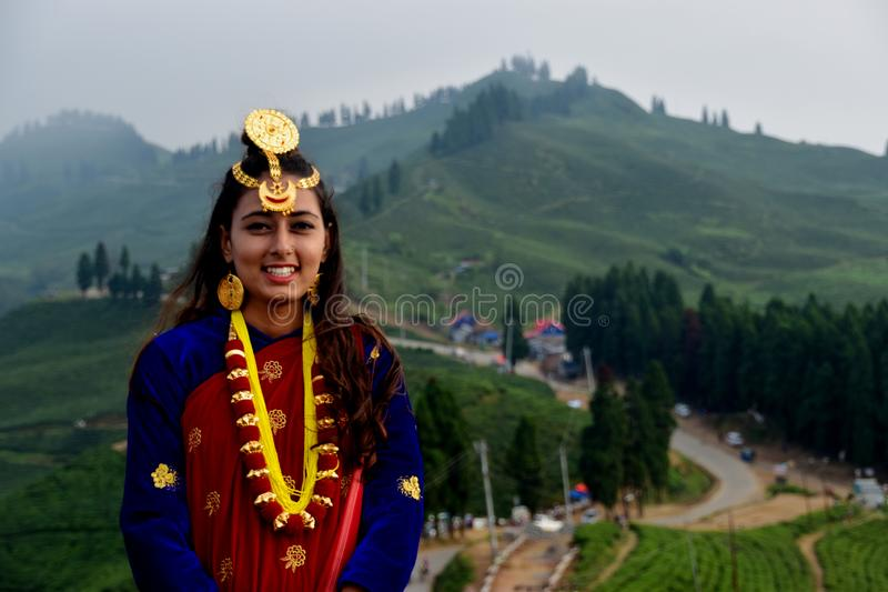 传统尼泊尔新娘礼服的一美女 库存照片