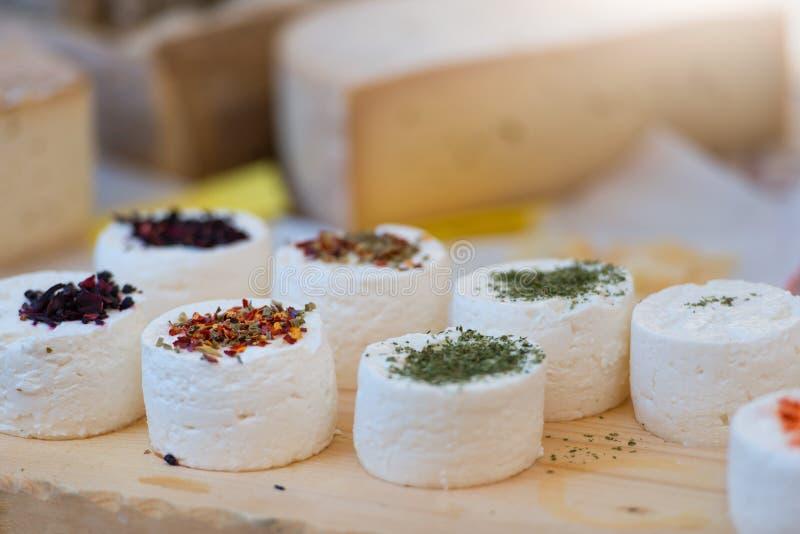 传统工匠山羊乳干酪构成用香料和狂放 库存照片
