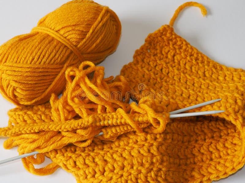 传统工艺例如编织羊毛或其他毛线与编织针 免版税库存图片