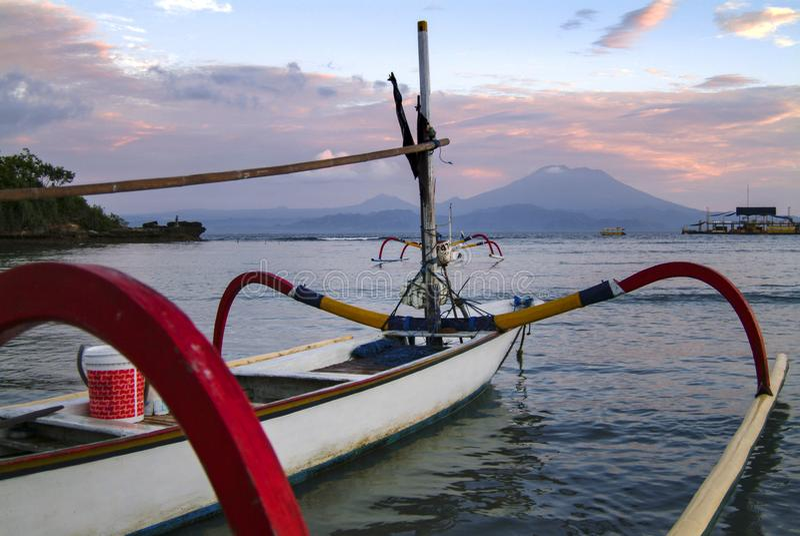 传统巴厘语舷外架渔船 免版税库存图片