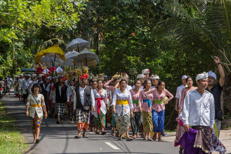 传统巴厘语队伍在Galungan庆祝时在Ubud,印度尼西亚 免版税库存照片