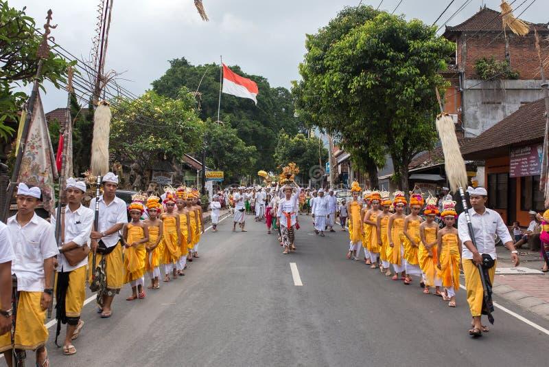 传统巴厘语队伍在Galungan庆祝时在Ubud,印度尼西亚 免版税图库摄影