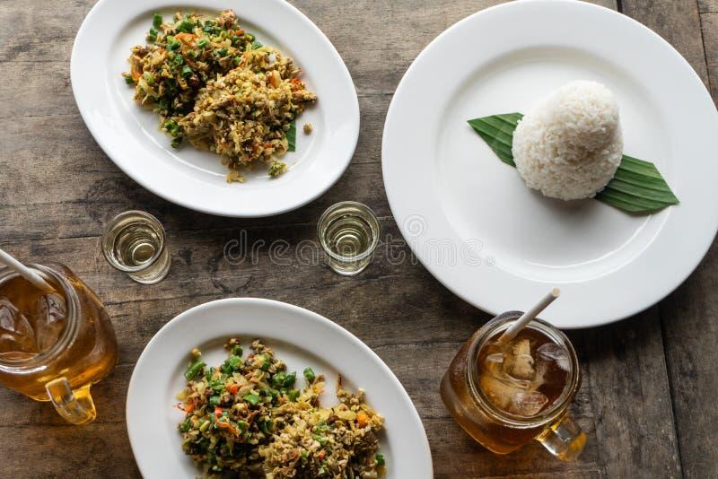 传统巴厘语食物叫lawar 拉瓦尔恩普是与菜混合的肉末,长的豆,并且香料均匀地然后搅动了 ? 免版税图库摄影