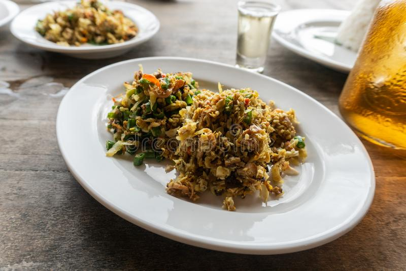 传统巴厘语食物叫lawar 拉瓦尔恩普是与菜混合的肉末,长的豆,并且香料均匀地然后搅动了 免版税库存照片