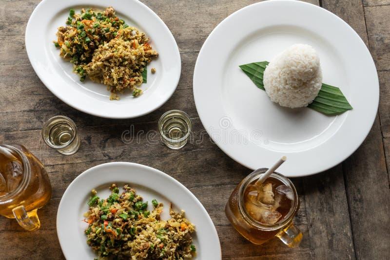 传统巴厘语食物叫lawar 拉瓦尔恩普是与菜混合的肉末,长的豆,并且香料均匀地然后搅动了 ? 库存照片