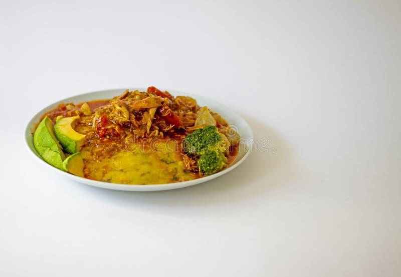 传统巴巴多斯当地食物秋葵玉米面Cou-Cou用鸡汤 免版税库存图片