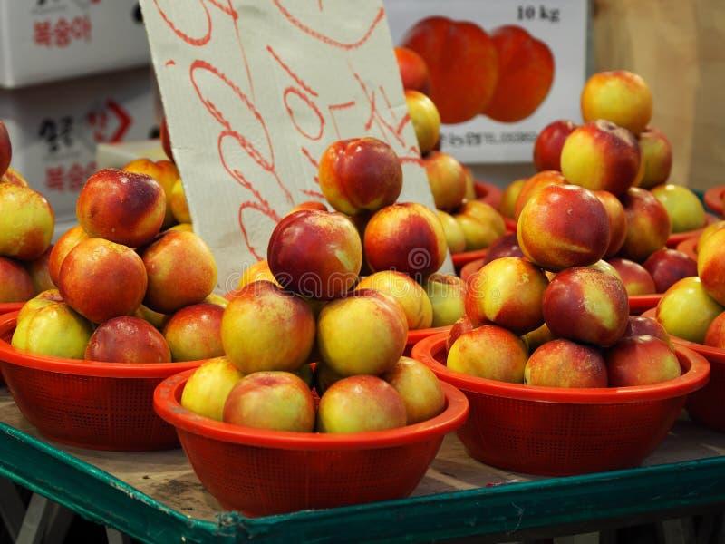 传统市场水果和蔬菜,桃子 免版税库存照片