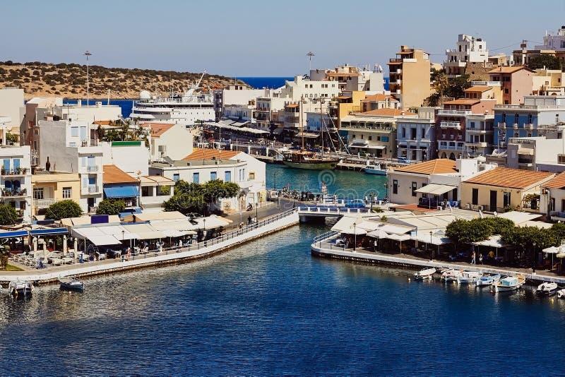 传统希腊大厦,港口,湖Voulismeni在沿海城市贴水帕帕佐普洛斯的中心连接了到地中海看见 免版税库存图片