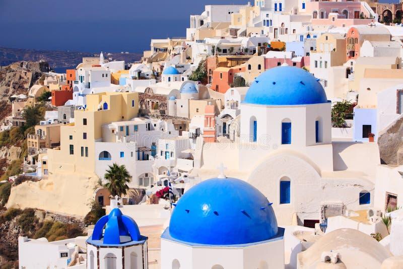 传统希腊小的oia santorini的城镇 免版税图库摄影