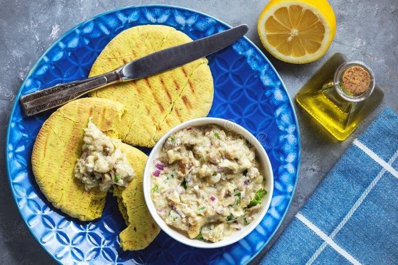 传统希腊茄子传播,melitzanosalata,用皮塔饼面包 免版税库存图片