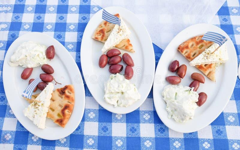传统希腊语Meze用橄榄、Tzatziki、乳酪和面包 免版税库存照片