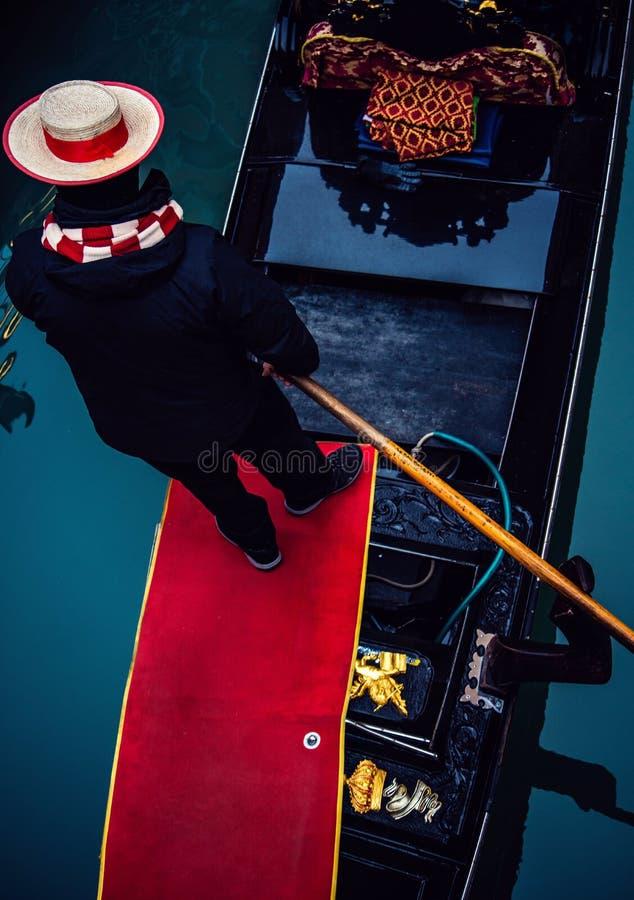 传统平底船的船夫通行证在桥梁下 库存照片