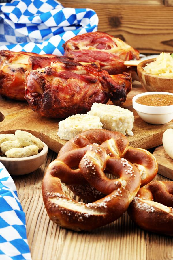 传统德国烹调, Schweinshaxe烤了火腿飞腓节 啤酒, 库存照片