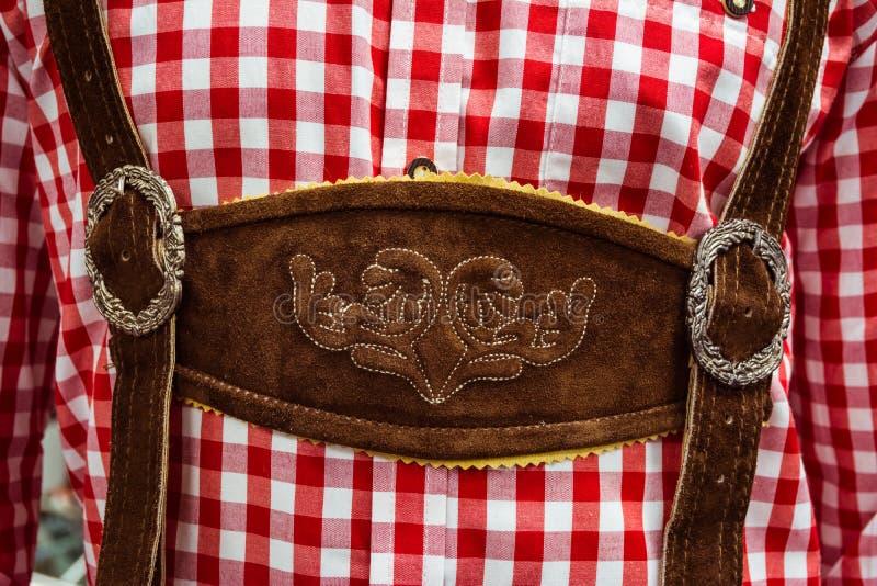 传统德国皮短裤中心Chestpiece特写镜头皮革 库存图片