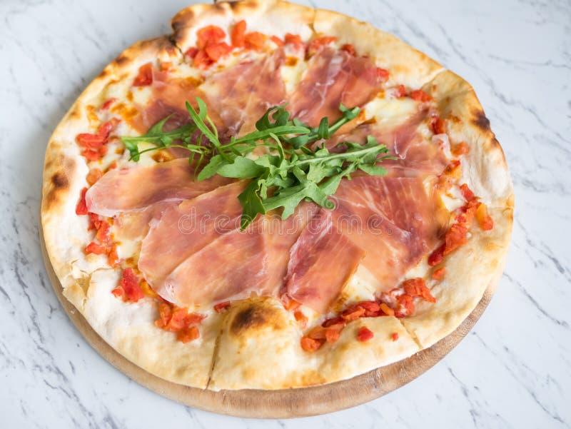 传统意大利新鲜的熏火腿帕尔马火腿薄饼 库存图片