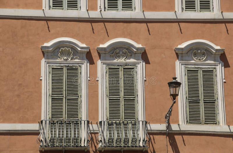 传统意大利窗口和阳台有快门的在一个o 免版税库存照片