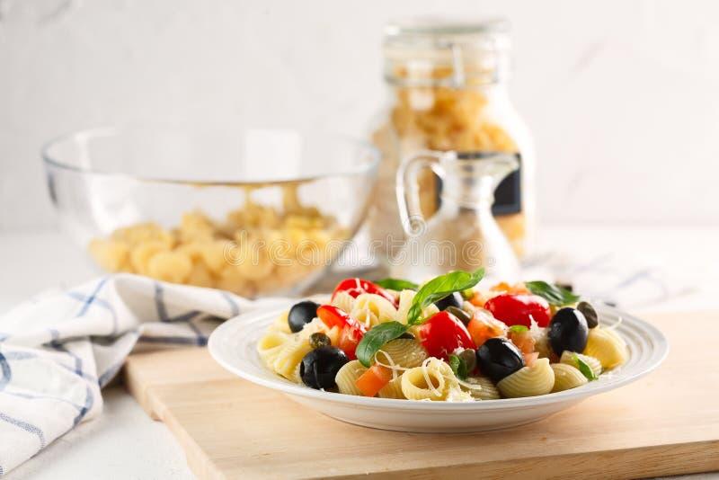 传统意大利面团管子Rigate用蕃茄,橄榄 库存照片