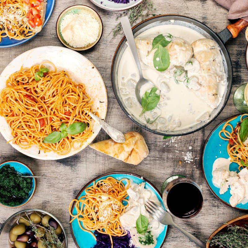 传统意大利食物桌、快餐和红色和白葡萄酒 免版税库存图片