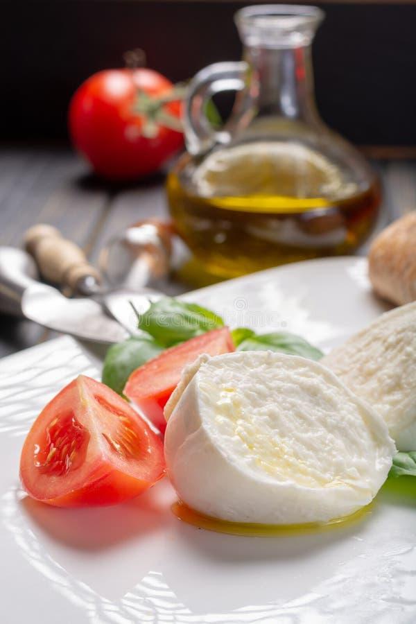 传统意大利食物-白色球无盐干酪水牛意大利语 库存图片