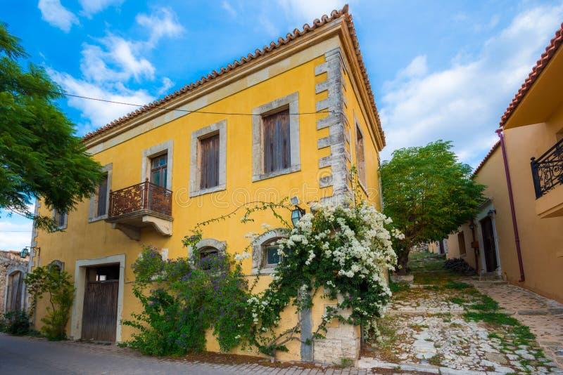传统房子和老大厦在Archanes,伊拉克利翁,克利特村庄  免版税库存照片