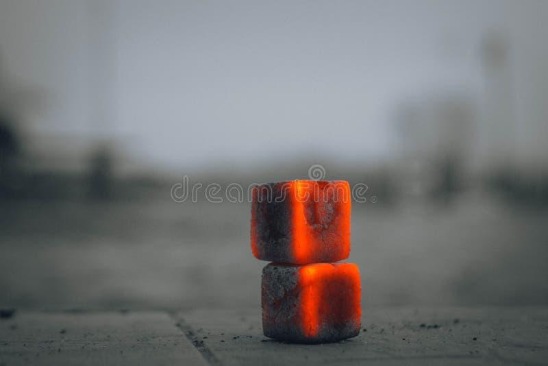 传统抽烟的关闭的水烟筒热的煤炭  免版税库存图片