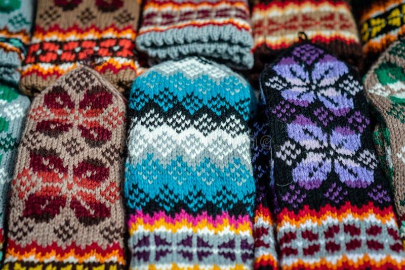 传统拉脱维亚语被编织的羊毛手套和袜子 免版税图库摄影