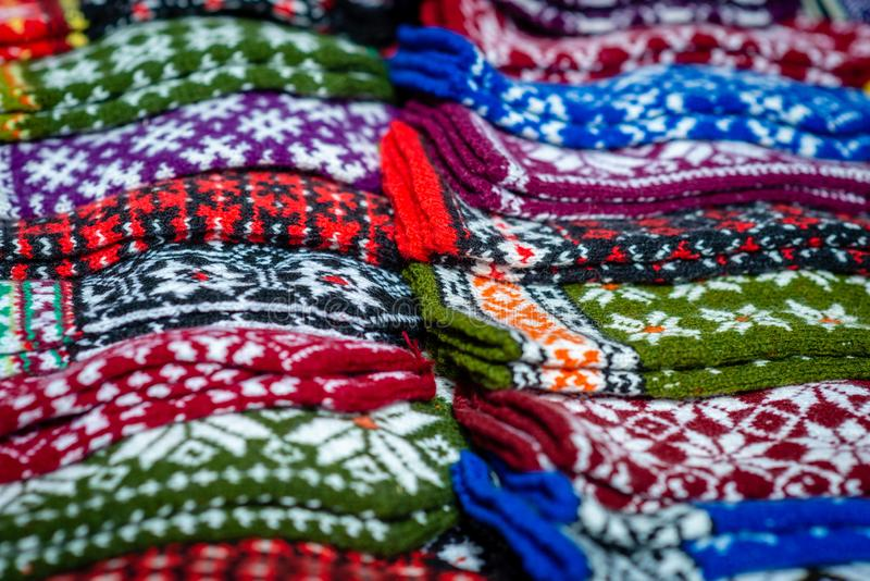 传统拉脱维亚语被编织的羊毛手套和袜子 免版税库存照片