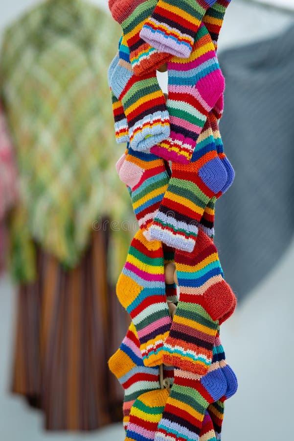 传统拉脱维亚语被编织的羊毛手套和袜子 库存图片