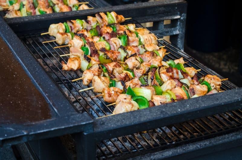 传统捷克街道食物,与菜的烤鸡 库存图片