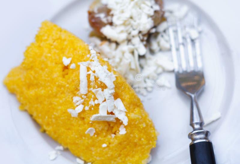 传统摩尔达维亚,意大利语和罗马尼亚棒子面粥用肉和调味汁 图库摄影