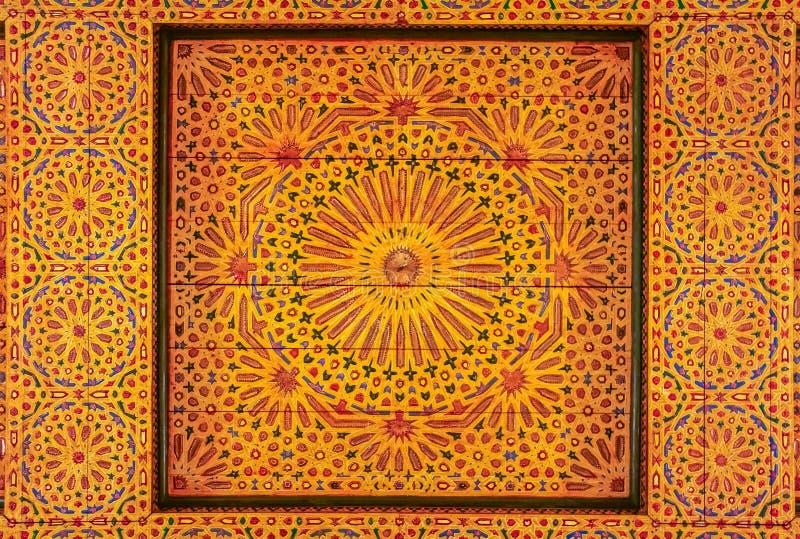 传统摩洛哥人被雕刻的天花板 免版税库存照片