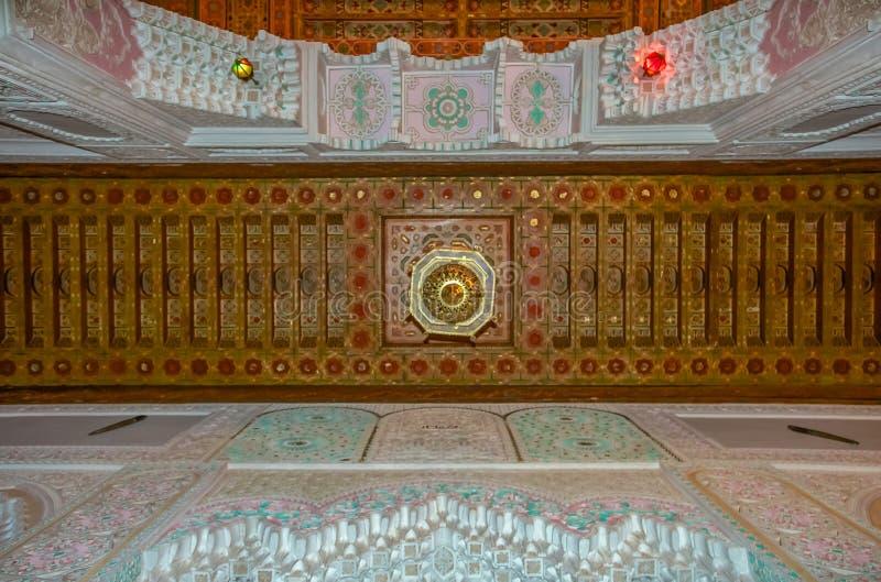 传统摩洛哥雪松木头被雕刻的和在Fe的膏药天花板 免版税库存图片