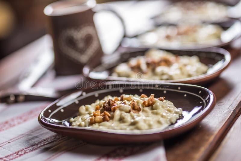 传统斯洛伐克的食物Halusky用油煎的烟肉和decorati 免版税图库摄影