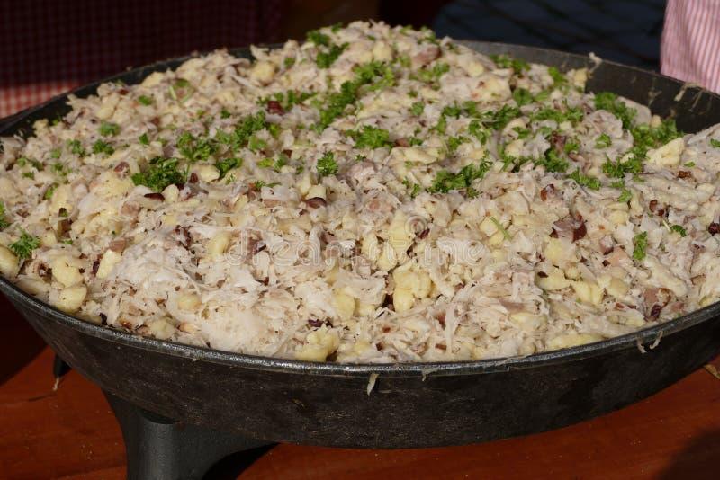 传统斯洛伐克膳食halusky在一个大罐 免版税库存照片