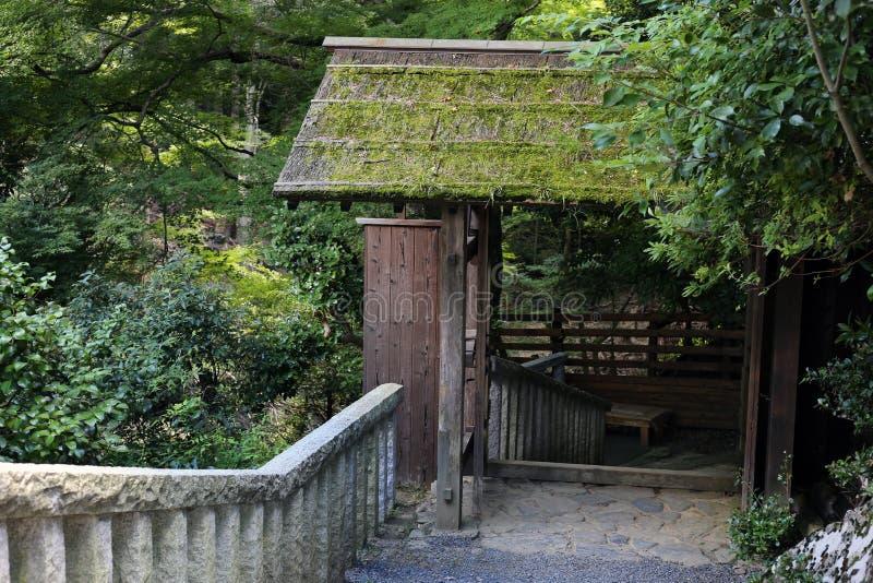 传统日本大厦在京都附近的一个森林里 免版税图库摄影