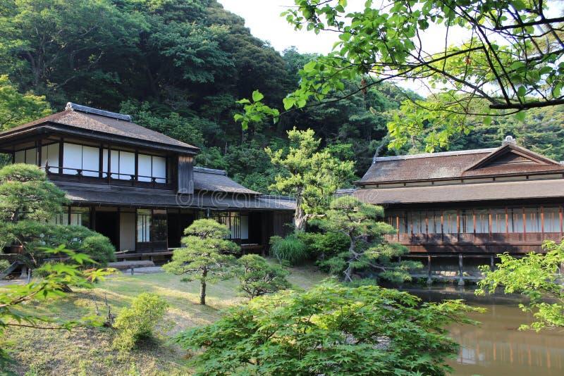 传统日本房子在Sankeien庭院里 免版税库存照片