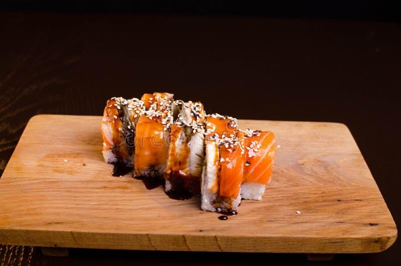 传统日本烹调 寿司店菜单 与金枪鱼、鳗鱼和鲕梨的劳斯maki 库存照片