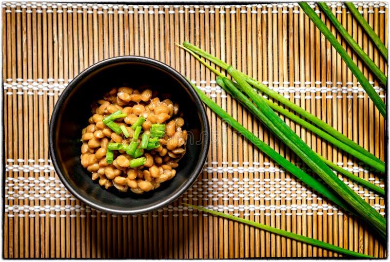 传统日语用未加工的绿色Oni晒干的被发酵的豆 免版税库存图片
