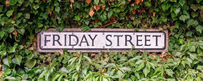 传统星期五街道路标,英国,英国 库存图片