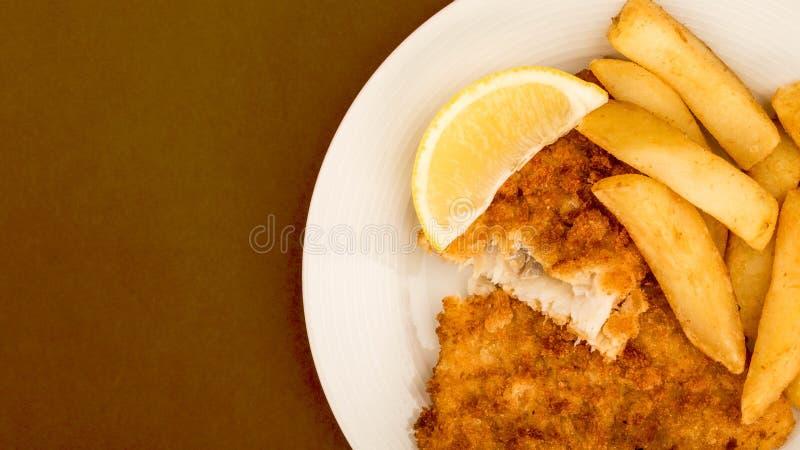传统普遍的炸鱼加炸土豆片 免版税库存图片