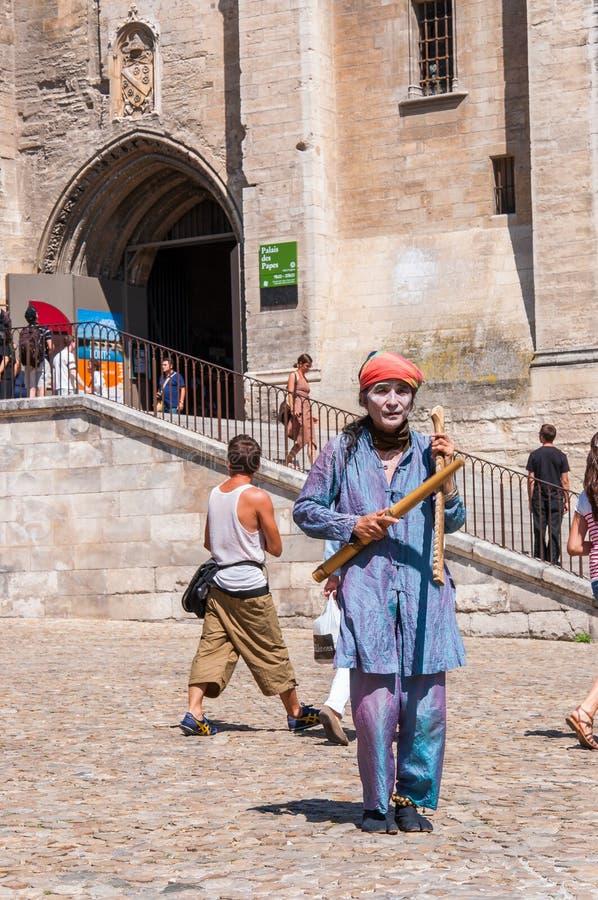 传统服装和执行在阿维尼翁,在艺术节期间的法国奥尔德敦的乐器的亚裔艺术家  图库摄影