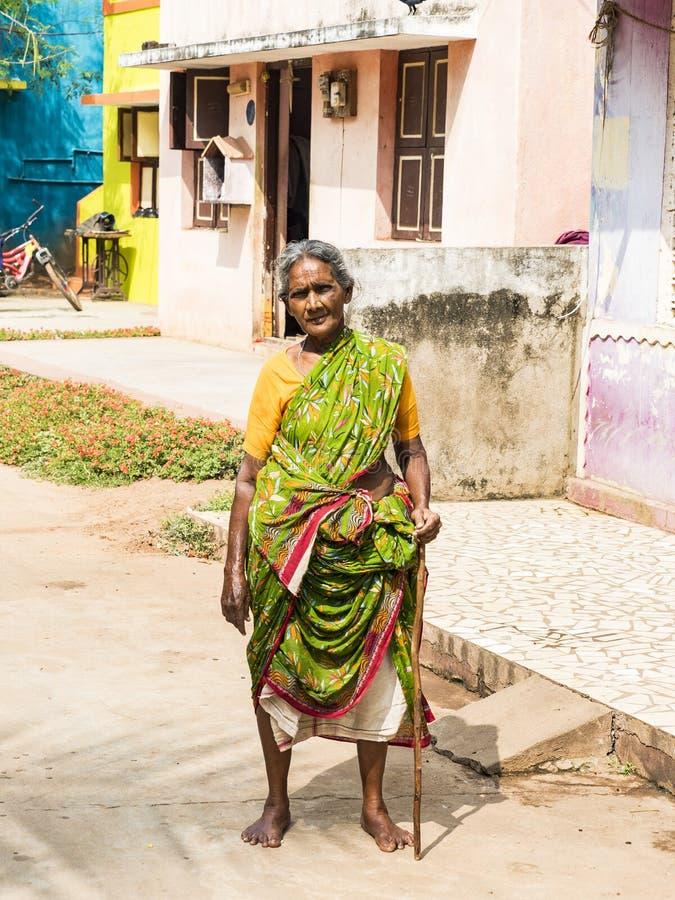 传统服装的不明身份的农村妇女在他们的村庄,在农村的每日生活方式在泰米尔・那杜 免版税图库摄影