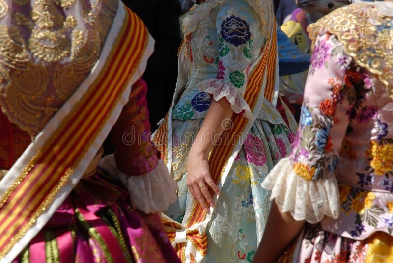 传统服装的女孩,庆祝一个节日在西班牙 免版税库存图片