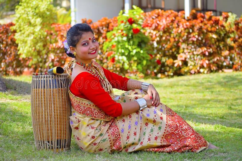 传统服装的摆在与Dhol的,浦那,马哈拉施特拉阿萨姆的女孩 免版税库存图片
