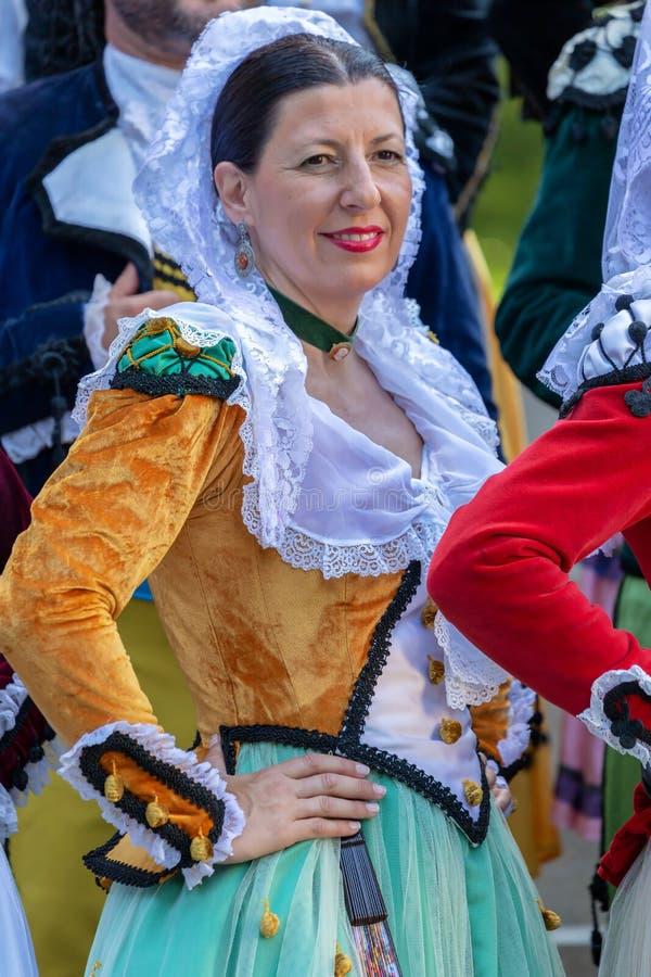 传统服装的西班牙成熟妇女舞蹈家 免版税库存照片