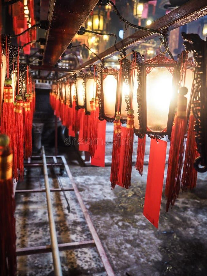 传统木和玻璃中国灯笼行与保佑 库存照片