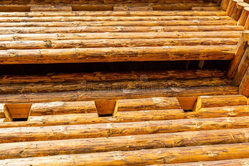 传统木安全塔堡垒欧罗巴堆了大被风化的杉木上高建筑 免版税库存图片