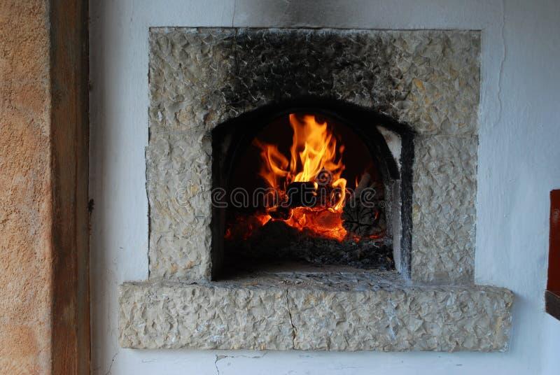 传统木柴烤箱 在壁炉的灼烧的火焰 免版税库存图片